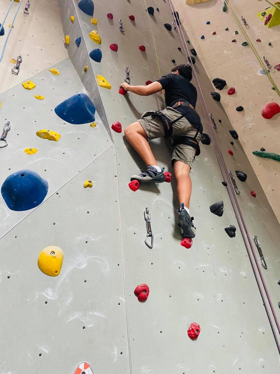 youth-rockclimbing